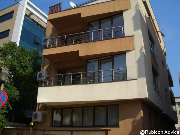 Top floor apartment near Dorobanti market place